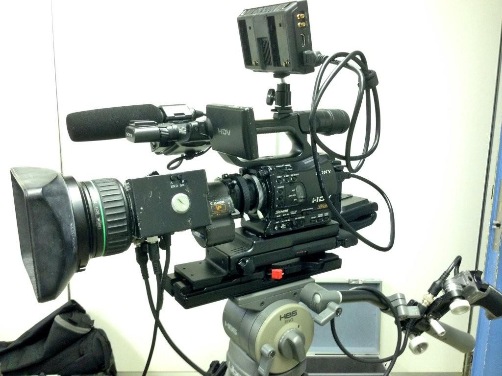 HDV(HVR-Z7J)機にVideoAssistを設置している様子